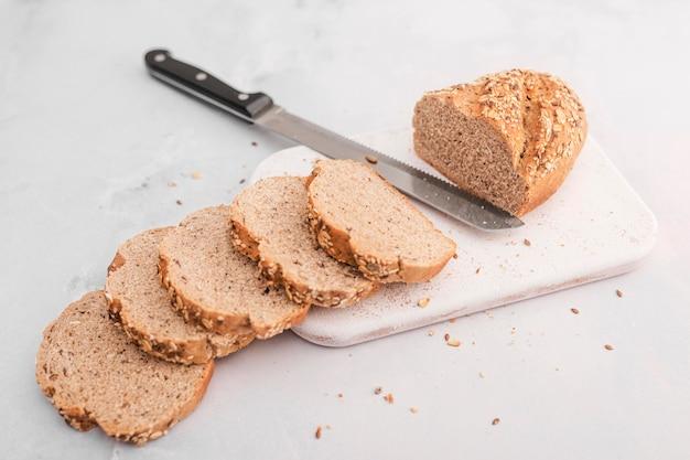 Высокий угол нож с ломтиками хлеба Бесплатные Фотографии