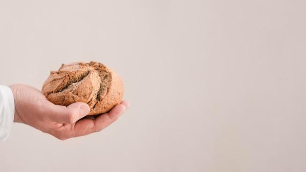 Макро руки с хлебом и копией пространства Бесплатные Фотографии