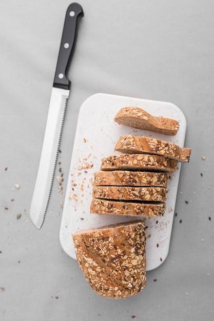 Вид сверху нарезанный хлеб с ножом Бесплатные Фотографии