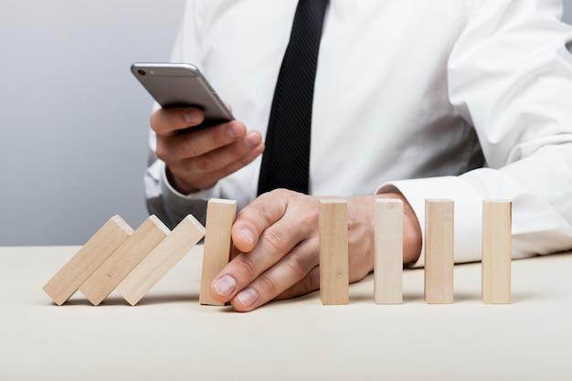 落下する部品を停止して携帯電話を使用する 無料写真
