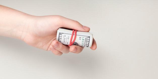 Рука держит ноты, перевязанные резинкой Бесплатные Фотографии