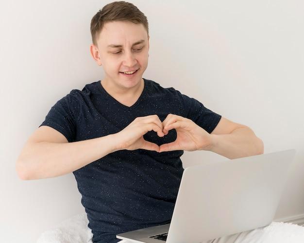 ビデオ通話を持つ男の正面図 無料写真