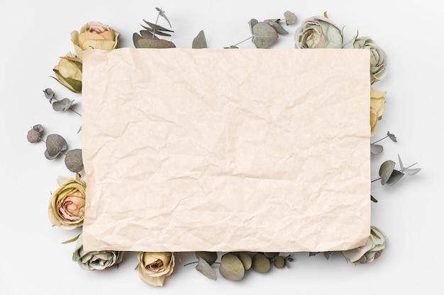 トップビューブーケ紙とコピースペースとバラ 無料写真