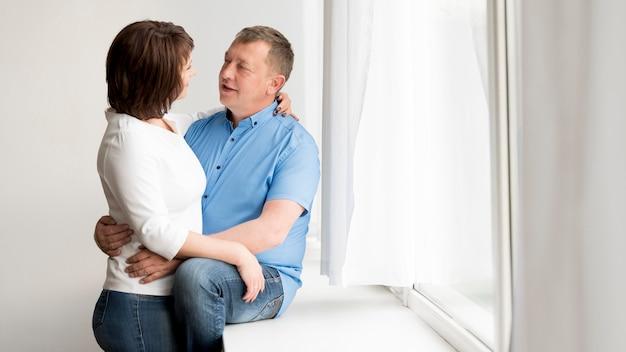 素敵な男性と女性の正面図 無料写真