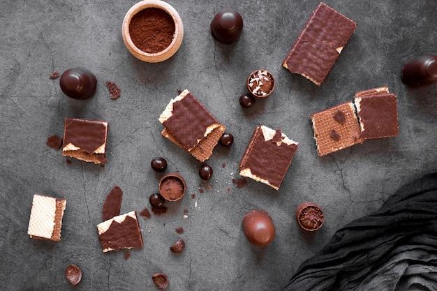 Шоколадный ассортимент на темном фоне Бесплатные Фотографии