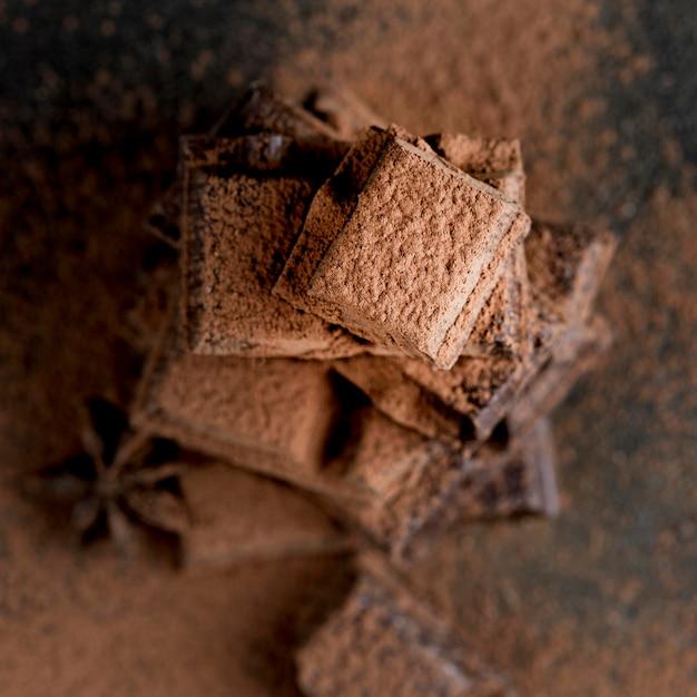 Крупным планом вид шоколада с какао-порошком Бесплатные Фотографии