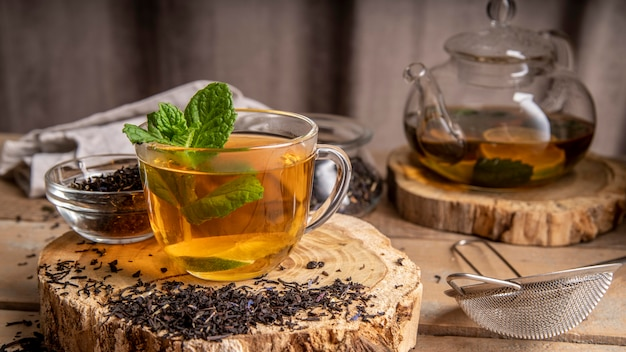 お茶とカップのミント 無料写真