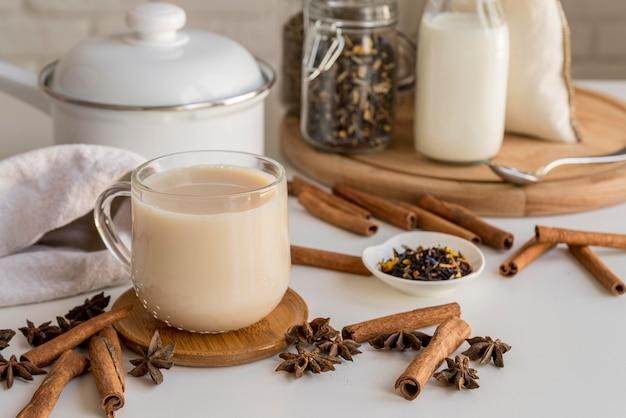 ミルクとシナモン入りのお茶 無料写真