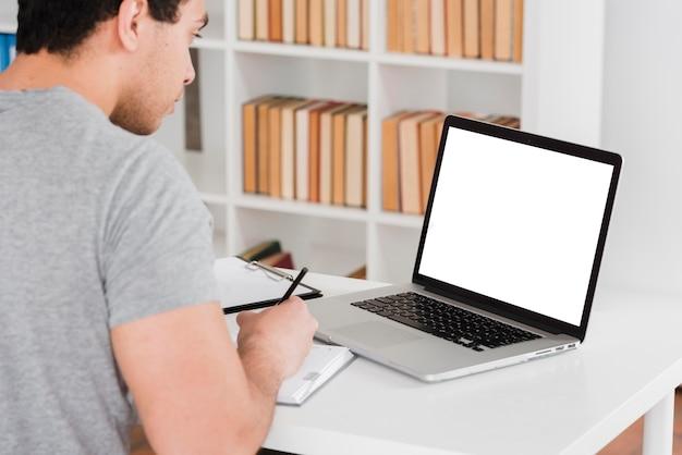 Студент университета работает на ноутбуке Бесплатные Фотографии