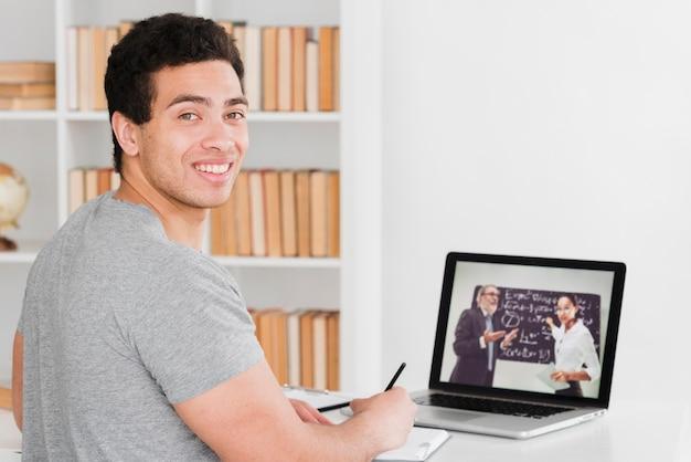 Студенты университета изучают онлайн курсы Бесплатные Фотографии