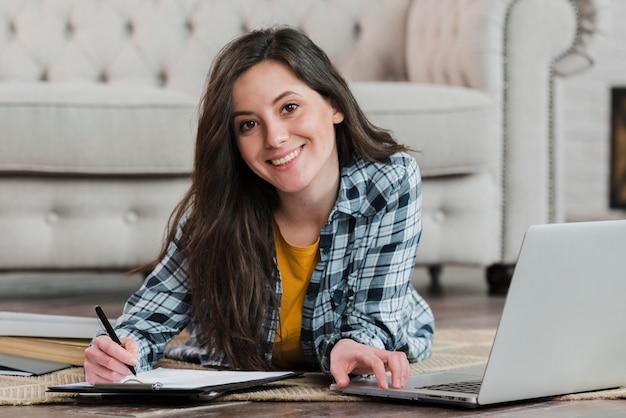 Умный молодой студент учится на полу Бесплатные Фотографии
