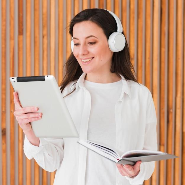 Онлайн дистанционные курсы женщина читает с планшета Бесплатные Фотографии