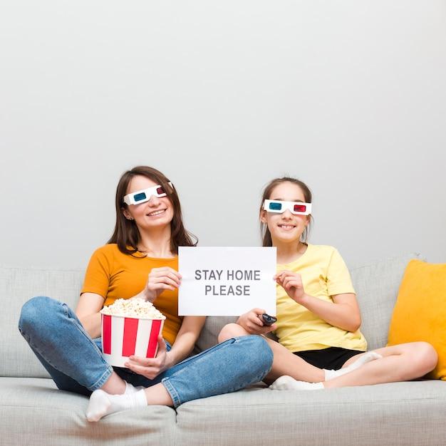Девочка и мама смотрят фильм дома Бесплатные Фотографии