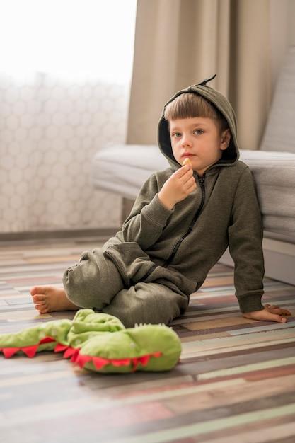 Маленький мальчик в костюме динозавра Бесплатные Фотографии
