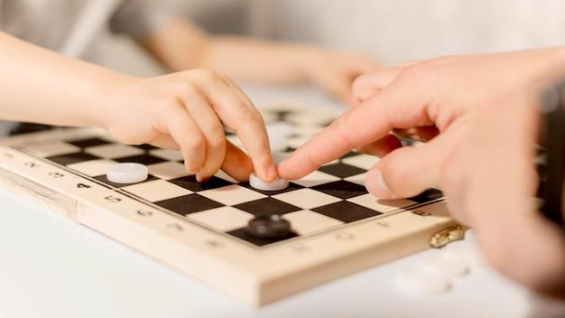 Малыш играет в шахматы Бесплатные Фотографии