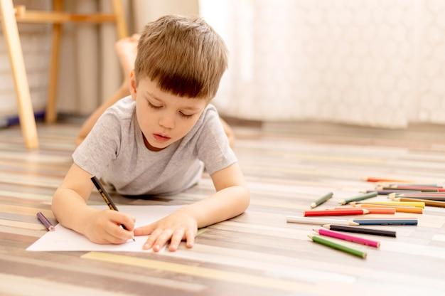 床の描画にフルショットの少年 無料写真