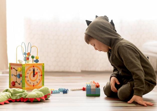室内で遊ぶ衣装の子供 無料写真