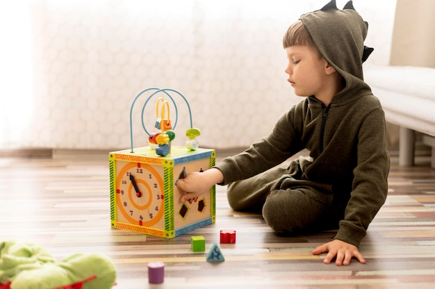 ボックスで遊ぶフルショットの子供 無料写真