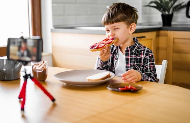 Малыш записывает себя во время еды Бесплатные Фотографии