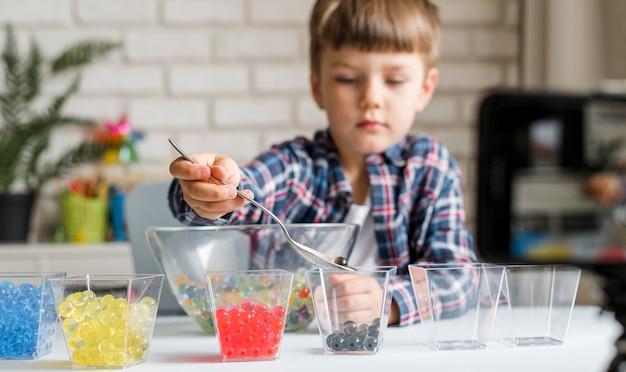 Маленький ребенок с гидрогелевыми шариками Бесплатные Фотографии