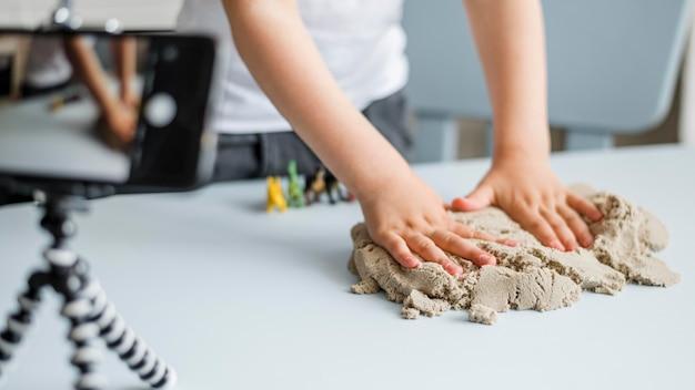 Макро руки играют с песком Бесплатные Фотографии