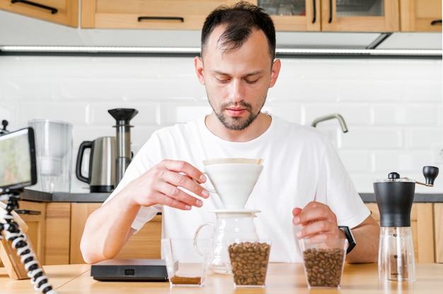 正面の男がコーヒーを作る 無料写真