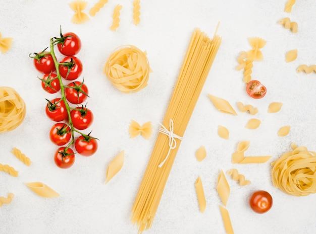 イタリアのパスタとトマト 無料写真