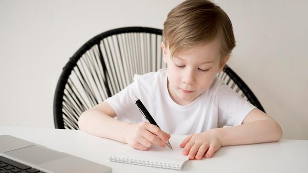Вид спереди праворукий ребенок, пишущий Бесплатные Фотографии