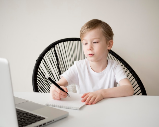 Средний выстрел правой рукой написание ребенка Бесплатные Фотографии