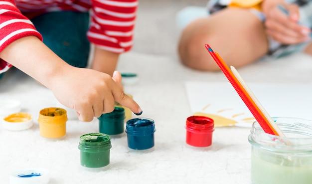 Крупный план рисования детей Бесплатные Фотографии