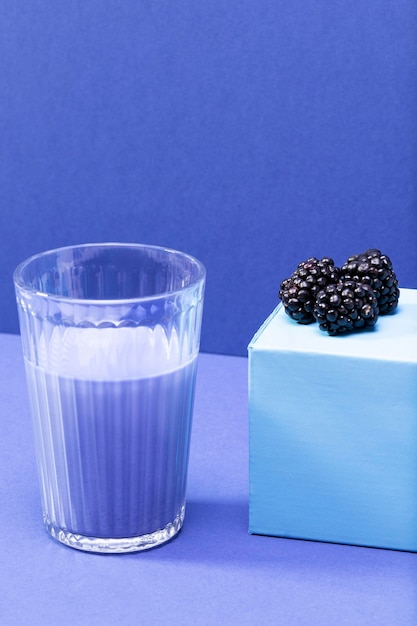ハイアングルブラックベリーとガラス瓶のスムージー 無料写真