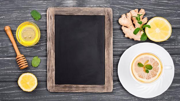 レモンティーと蜂蜜とカップの横にある黒板 無料写真