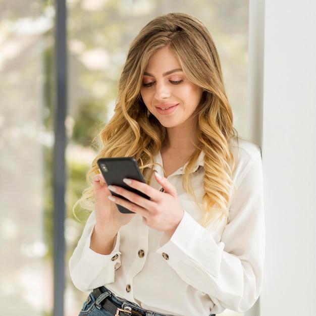 Милая женщина телефона удерживания Бесплатные Фотографии