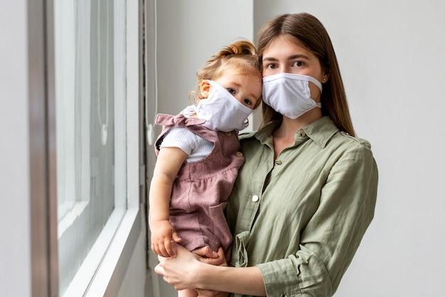 母と女の医療用マスクを着用 無料写真