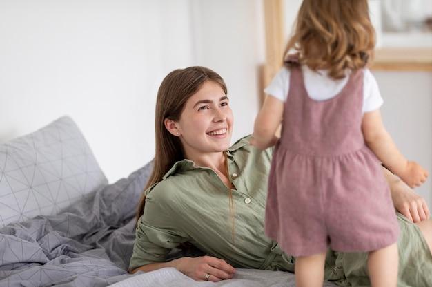 笑顔の母親が娘を見て 無料写真