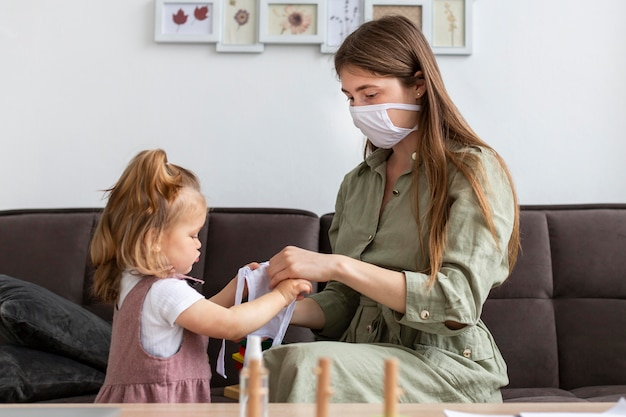Мама и девушка с медицинскими масками Бесплатные Фотографии