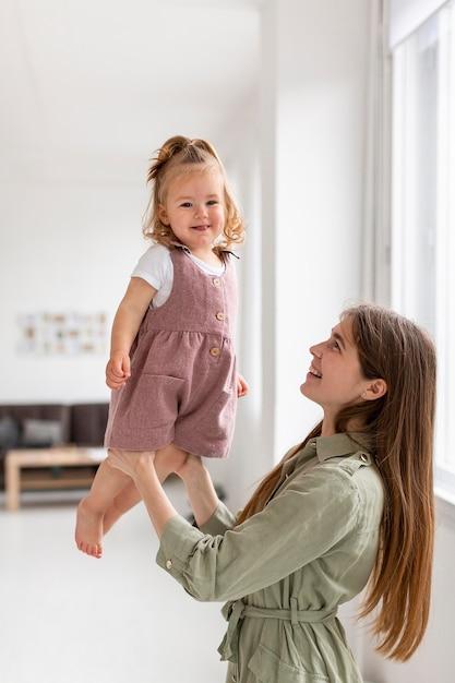 Мать держит дочь в помещении Бесплатные Фотографии
