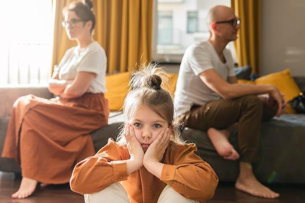 分割する子供たちとカップルします。 無料写真