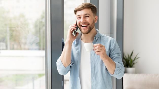 携帯電話で話している肖像画の男 無料写真