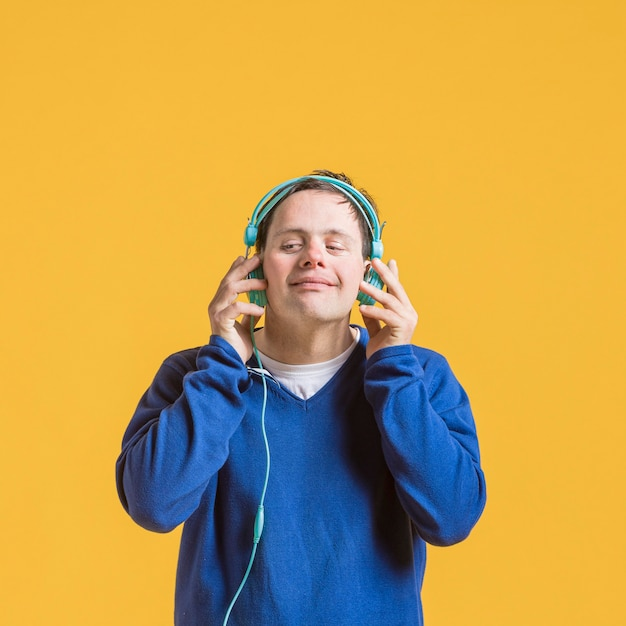 Вид спереди человека, слушающего музыку в наушниках Бесплатные Фотографии