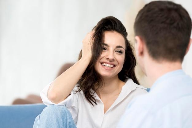 彼女のボーイフレンドを見てスマイリー女性 無料写真