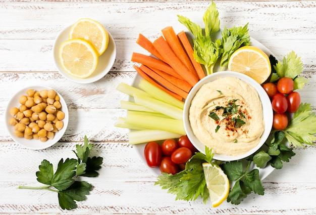フムスとひよこ豆の野菜の盛り合わせ 無料写真