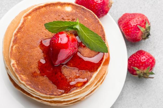 ストロベリーシロップの平面図パンケーキ 無料写真