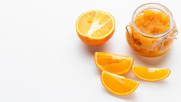 オレンジスライスのハイアングル配置 無料写真