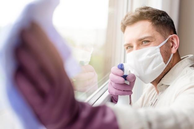 Молодой человек в медицинской маске Бесплатные Фотографии