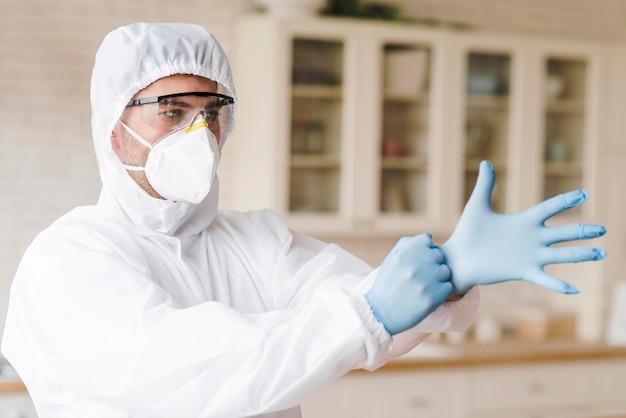 Человек надевает защитные перчатки Бесплатные Фотографии
