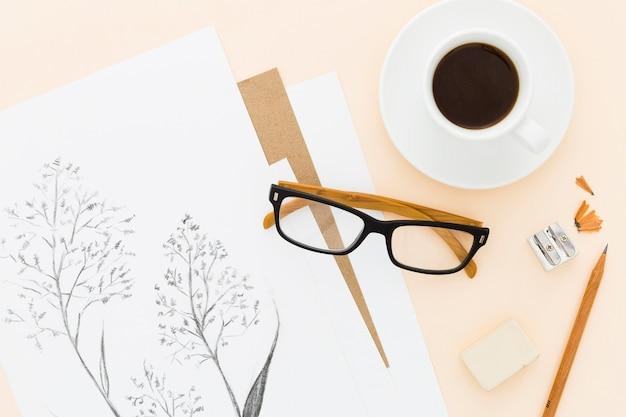 Вид сверху художественный карандашный рисунок с чашкой кофе Бесплатные Фотографии