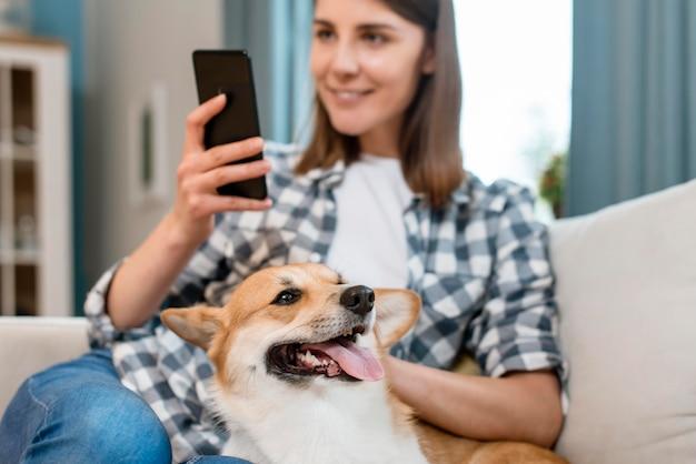 Собака ласкается женщиной Бесплатные Фотографии