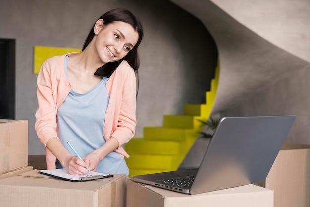 オンラインショップから配信する注文を書く女性 無料写真