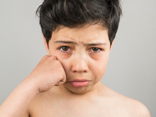 フロントビュー動揺泣いている男の子 無料写真